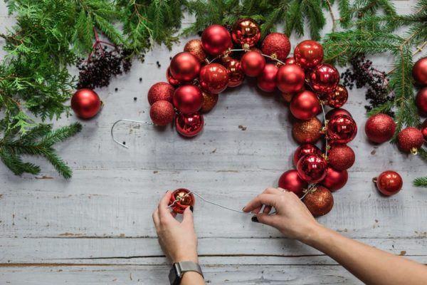Cómo hacer una corona con bolas de Navidad