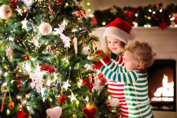 Decorando la Navidad con niños