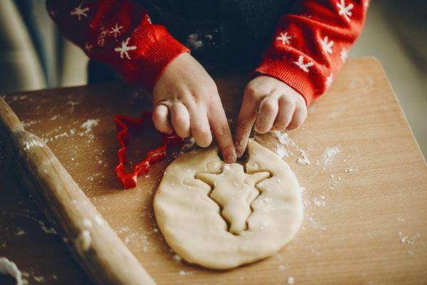 Niño haciendo galletas navideñas