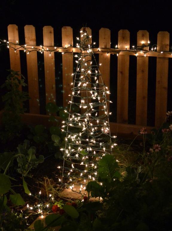 Arbol de Navidad con una jaula de tomate
