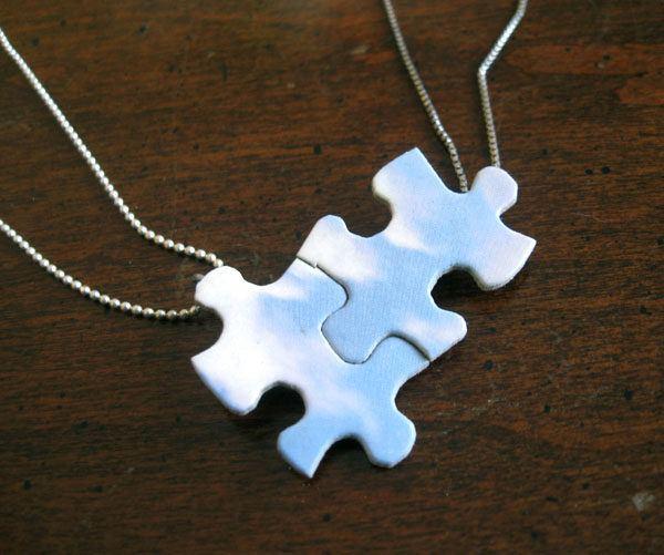 manualidades-de-material-reciclado-colgante-puzzle-enrhedando