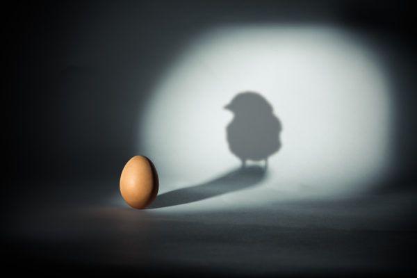acertijos-y-adivinanzas-para-ninos-huevo-pollo-istock